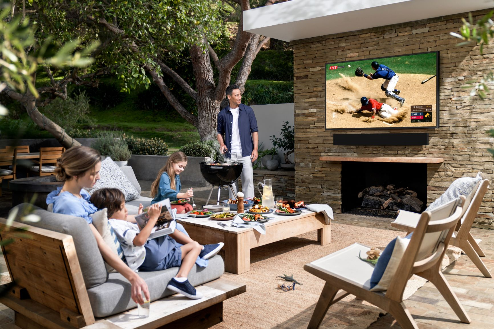 Outdoor TV und Soundbar von Samsung: The Terrace