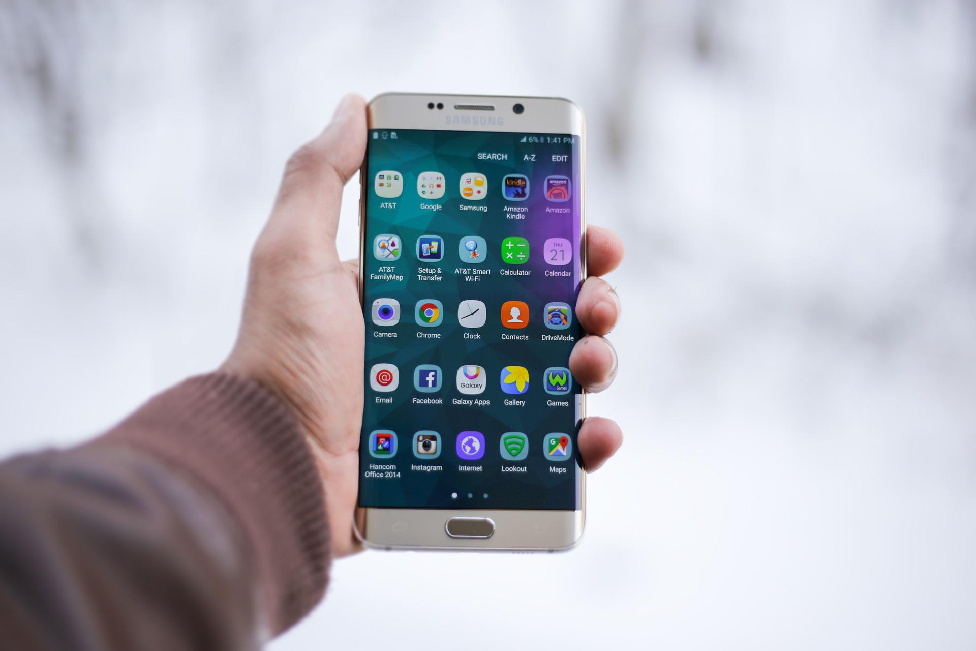 Lila und blaue Flecken im Handy Bildschirm – was tun?